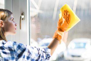 kobieta myjąca okno